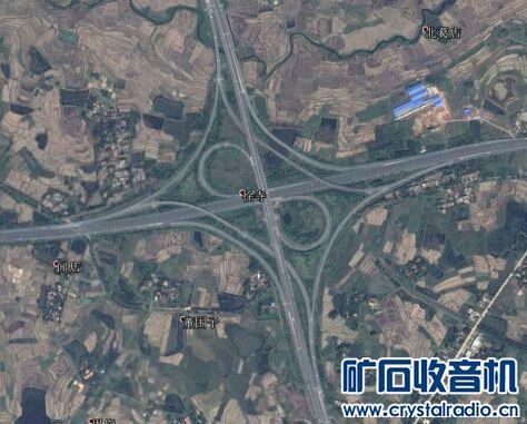 线条优美的高速公路交叉立交桥卫星俯视图